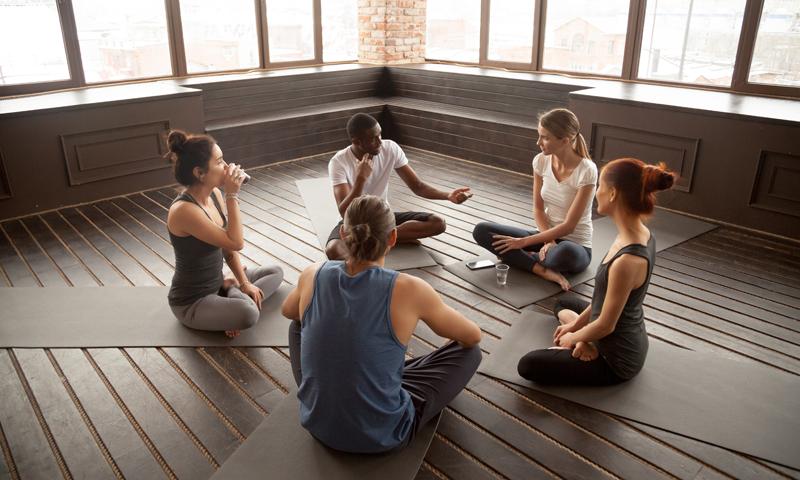 Hoe Jezelf Open te Stellen en te Praten in Je Yogales